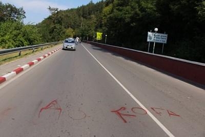 """""""Докога"""" са изписали с червен спрей местни на метри от трагедията в Своге."""