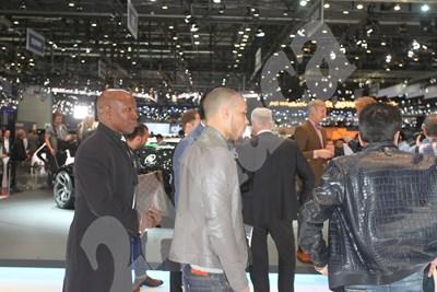 Най-богатият спортист в света Флойд Мейуедър (в средата) и личният му асистент Брус Милър бяха посрещнати като истински ВИП гости на щанда на Bugatti на салона в Женева. СНИМКИ: ГЕОРГИ ЛУКАНОВ СНИМКА: 24 часа