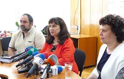 Ваня Кастрева (в средата)  СНИМКА: Пиер Петров/Архив