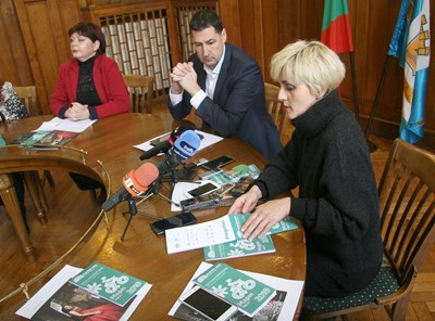 Светлана Куюмджиева /вдясно/ представя програмата за март.