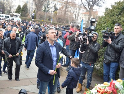 Павел Колев се покланя пред паметта на Васил Левски на Паметника на Апостола. СНИМКИ: ЙОРДАН СИМЕОНОВ