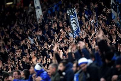 """Привържениците на """"Аталанта"""" ликуват с вдигнати нагоре ръце на стадион """"Джузепе Меаца"""". Снимки: Ройтерс"""