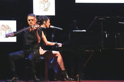 Световноизвестният цигулар Васко Василев свири при изпълнението на младата певица Керана, написала специална песен. Снимка РУМЯНА ТОНЕВА
