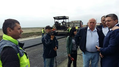 Министър Нанков и шефът на АПИ инж.Атанасов инспектират ремонта на отсечката Поморие-Ахелой. Снимка:24 часа