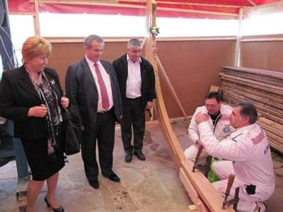 Катя Стоянова /вляво/ бе дясната ръка на кмета Панайот Рейзи.