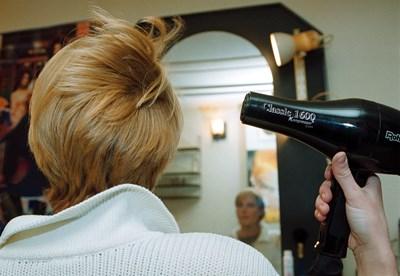 """Ако фризьорски салон не може да си намери търговец на ток до 1 октомври, ще получи възможност да остане при крайния си снабдител, но на свободна цена, а не на регулирана. СНИМКА: Снимка: """"24 Часа"""""""
