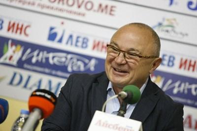 Румен Стоилов влага и лични средства в самбото, а догодина трябва да реши дали да се кандидатира за нов мандат.