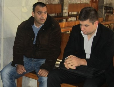 Филип Михайлов (вляво) с адвоката си. СНИМКА: Архив