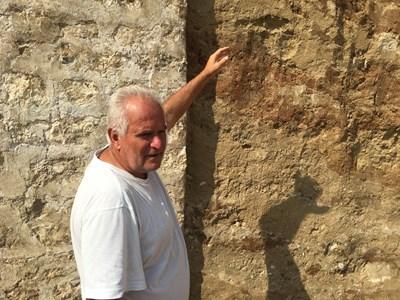 Археологът доц. Костадин Кисьов показва разликите в пластовете, които говорят, че могилата е засипвана успоредно със строителството.