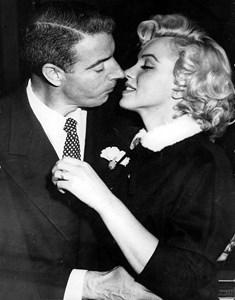 Мерилин Монро с втория си съпруг Джо Димаджо през януари 1954 г. след сключване на брака в общината на Сан франциско, бракът им е разтрогнат 9 месеца по-късно