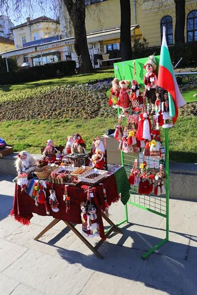 Мартеници вече създават празнично настроение във Велико Търново
