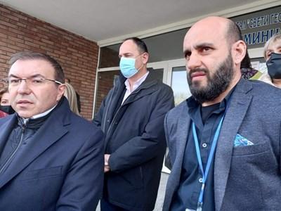 Министър Ангелов пристигна в Пловдив по повод смъртта на жената след ваксина. До него е доц. Павел Тимонов от Съдебна медицина. Снимка: Румен Златански