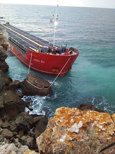 Водолаз: Има теч на торове от заседналия край Камен бряг кораб