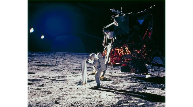 """Срещат ли астронавтите на """"Аполо 11""""  извънземни на Луната?"""