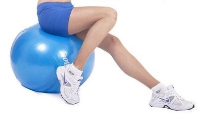 За работещите на бюро едно от най-ефективните пасивни упражнения за баланс е столът да се заменя с голяма надуваема топка поне 3 пъти седмично. СНИМКА: PIXABAY