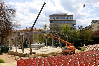 Напредва изграждането на покрита сцена на Летния театър