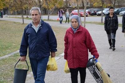 Семействата се държат спокойно и кротко изчакват документите си за статут на бежанци.