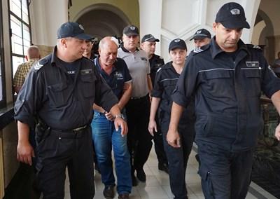 7 съдебни охранители доведоха обвинения шофьор Григор Григоров в Софийския окръжен съд. СНИМКА: Десислава Кулелиева