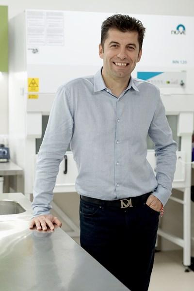 """Кирил Петков се гордее с Центъра за приложни изследвания и иновации към Софийския университет - в """"Харвард"""" такъв център е направен преди 4 г., а българският е открит през октомври 2018 г. - само 8 месеца по-късно от този в """"Оксфорд"""".  СНИМКА: ДЕСИСЛАВА КУЛЕЛИЕВА"""