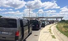 """Километрични опашки на ГКПП """"Лесово"""", не пускат коли в Турция (Обновена)"""