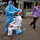 Медицинско лице тества мъж за COVID-19 в Индия СНИМКА: Ройтерс