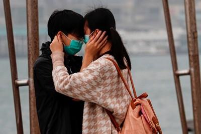 Двойка по улиците на Хонконг, докато страната е парализирана от страх заради новия коронавирус СНИМКА: Ройтерс