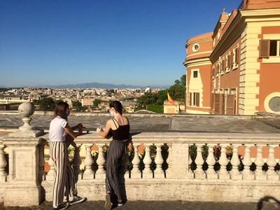Момичета с маски и на дистанция съзерцават римската панорама. СНИМКИ: АВТОРЪТ