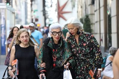 """""""168 часа"""": Модната икона Айрис Апфел отпразнува 100 години с 2 млн. последователи"""