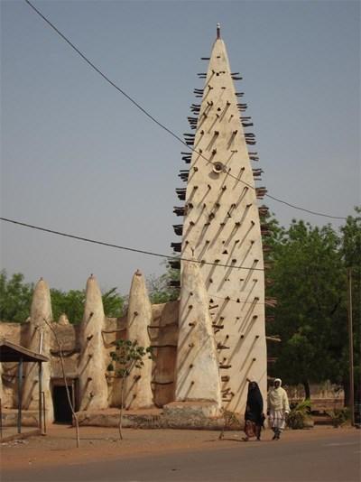 Старата джамия в Бобо, издигната от кал и дърво през 1893 г. Стърчащите от фасадата  колци играят ролята на гредоред от вътрешната страна, а отвън служат за покатерване на майстора, ако се наложи замазка на кирпича след някой пороен дъжд. СНИМКА: Гeорги Милков