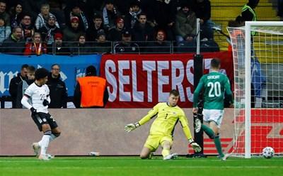 Серж Гнабри оформя хеттрика си срещу Северна Ирландия в последната евроквалификация на бундестима. Така той има 13 гола в 13 мача за Германия. Преди него това бе постигал само легендарният Герд Мюлер. СНИМКА: РОЙТЕРС