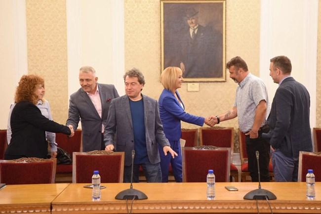 Срещата на ръководството на двете политически сили започна в 11 часа в парламента.