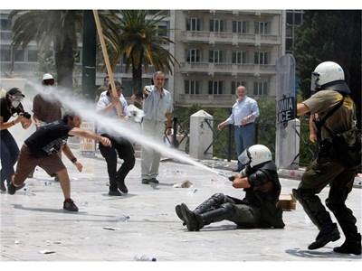 Полицаи разпръскват протестиращи в Атина срещу мерките на правителството среду дълговата криза на страната. СНИМКА: РОЙТЕРС