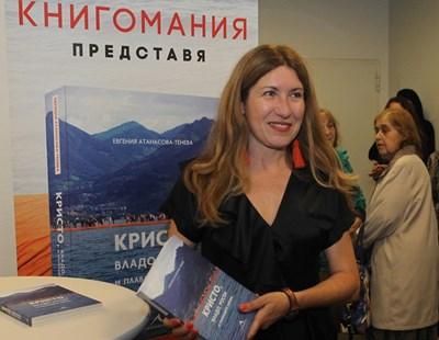 Авторката раздаде десетки автографи. СНИМКА: Десислава Кулелиева