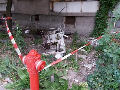 Отломки от парапета стоят пред блока. СНИМКА: Незабравка Кирова