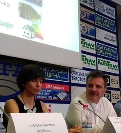 Елица Панайотова и д-р Александър Симидчиев дават примери как може да се подобри качеството на въздуха в училищата. СНИМКА: Любомира Николаева