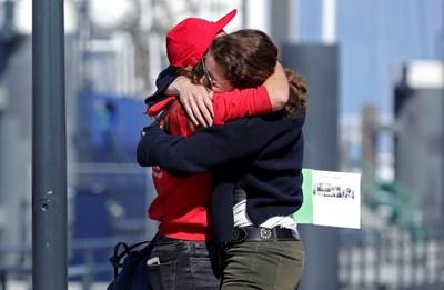 Майка в Дания посреща своята дъщеря, която е била блокирана в друга държава заради епидемията. СНИМКА: РОЙТЕРС