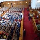 """Полупразна остана пленарната зала вчера, след като ГЕРБ, патриотите, """"Воля"""" и независимите не дойдоха за извънредното заседание на парламента.  СНИМКИ: РУМЯНА ТОНЕВА"""