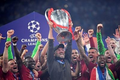 """Юрген Клоп вдигна миналата година трофея за победител в Шампионската лига, който спечели с """"Ливърпул""""."""