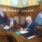 Здравко Димитров и Лъчезар Борисов подписаха договора, с които общината получава 1, 027 милиона лева за  подобряване на инфраструктурата в района на новия завод. Снимка: Авторът