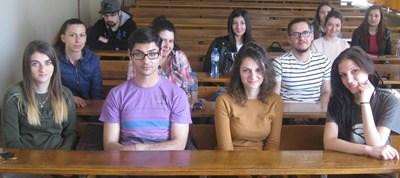 """Ивелина (третата от ляво надясно на първия ред) с колеги на упражнение по """"Индустриален дизайн"""""""