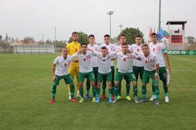 Националите до 19 г. позират преди старта на европейската квалификация срещу Черна гора в Анталия, която България спечели с 3:1.  Снимка: сайт на БФС