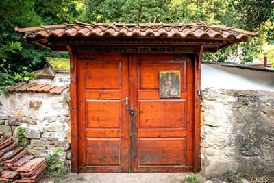 """Портата на манастира """"Свети Архангел Михаил"""",  в който е заснет седмият сезон на предаването СНИМКА: Би Ти Ви"""