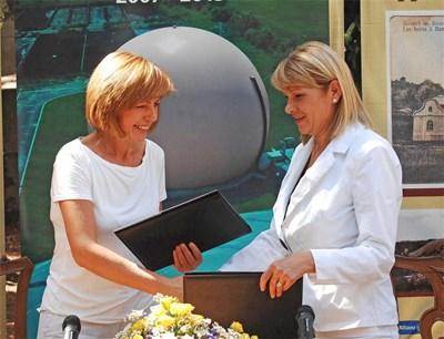 Йорданка Фандъкова и Нона Караджова си разменят подписаните договори. Церемонията се проведе специално в парка на Банкя. СНИМКА: Йордан Симeонов