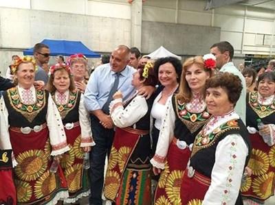 Борисов и министърът на екологията от кабинета му Ивелина Василева сред симпатизантки в народни носии при откриването на поредната пречиствателна станция, изградена от управлението на ГЕРБ.
