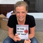 """Успешната мисия Сара Карлсон описва в книгата си """"В тъмнината на войната""""."""