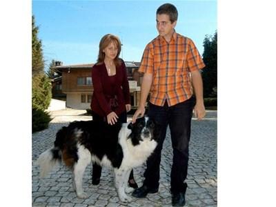 """Зорка и малкият й син Ивайло с любимото куче пред вила """"Калина"""" в Бояна. СНИМКА: РУМЯНА ТОНЕВА"""