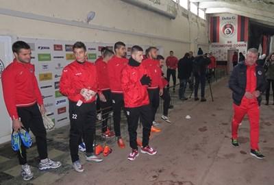"""Треньорът на """"Локо"""" (Сф) Явор Вълчинов (най-вдясно) проведе първото занимание за годината на закритата писта под сектор """"А"""" на стадиона заради снега и студа в столицата. СНИМКА: Пиер Петров"""