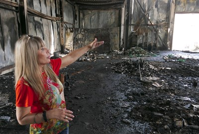Татяна Попова показва щетите в склада. СНИМКА: Пиер Петров