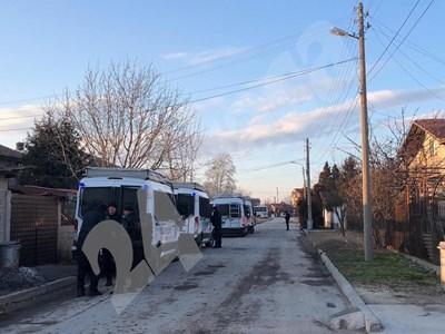 Над 10 буса на жандармерията вече са в очакване на протеста във Войводиново. СНИМКИ: Калина Паскалева СНИМКА: 24 часа