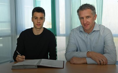 """Илия Груев и спортният директор Франк Бауман при подписването на договора Снимка: сайт на """"Вердер"""""""